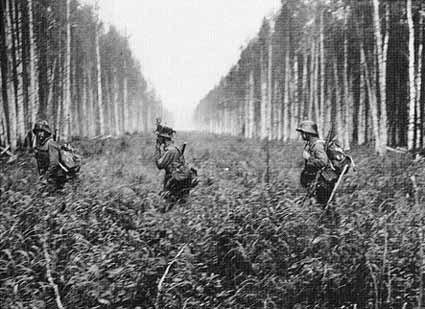 Финские солдаты пересекают границу с СССР